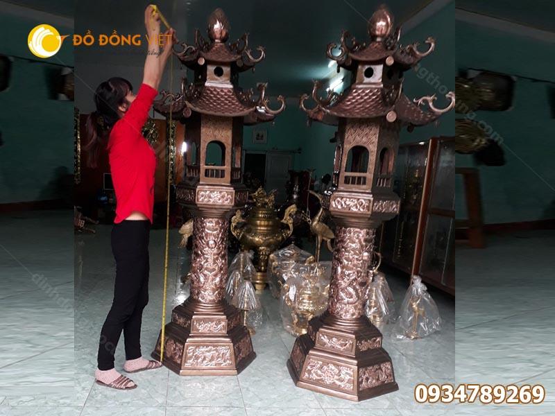 Đôi đèn đồng thờ cúng cỡ lớn dành cho đình chùa, đền, phủ.