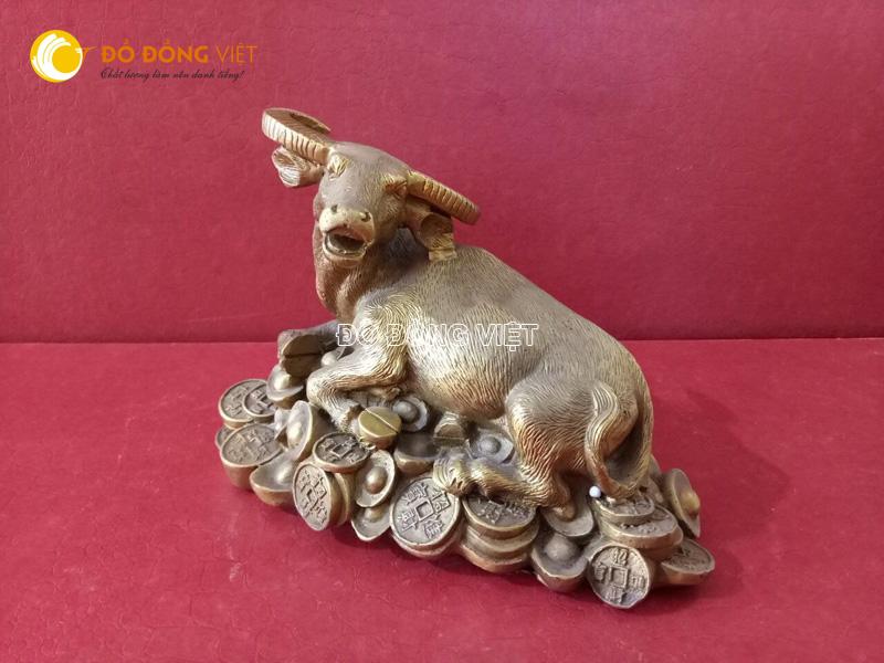 Tượng con trâu bằng đồng, mẫu tượng con trâu nằm trên đống tiền
