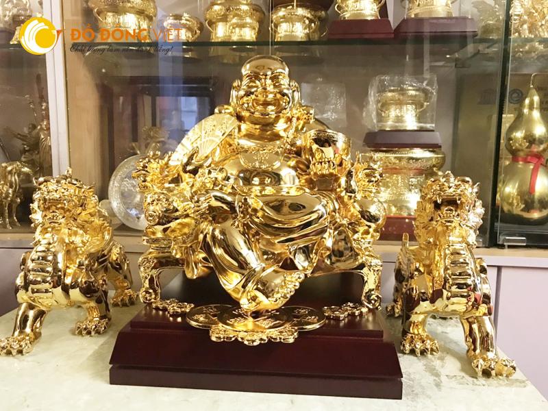 Tượng Phật Di Lặc ngồi ghế, tay cầm nén vàng