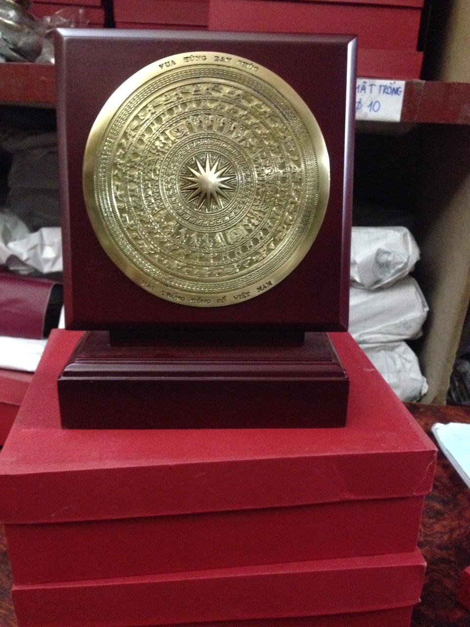 Biểu trưng mặt đĩa đồng đúc làm quà tặng, giá bán biểu trưng đĩa đồng