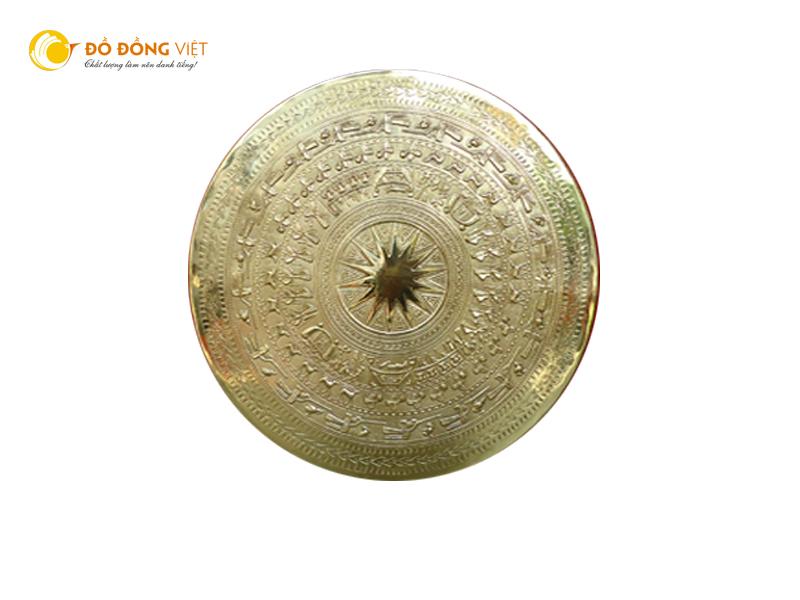 Mặt trống đồng được chạm thủ cônghọa tiết theo mẫu trống đồng Đông Sơn