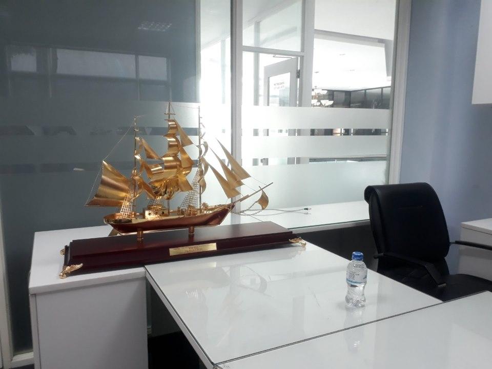 Quà tặng thuyền buồm phong thủy, thuyền buồm mạ vàng 24k cao cấp