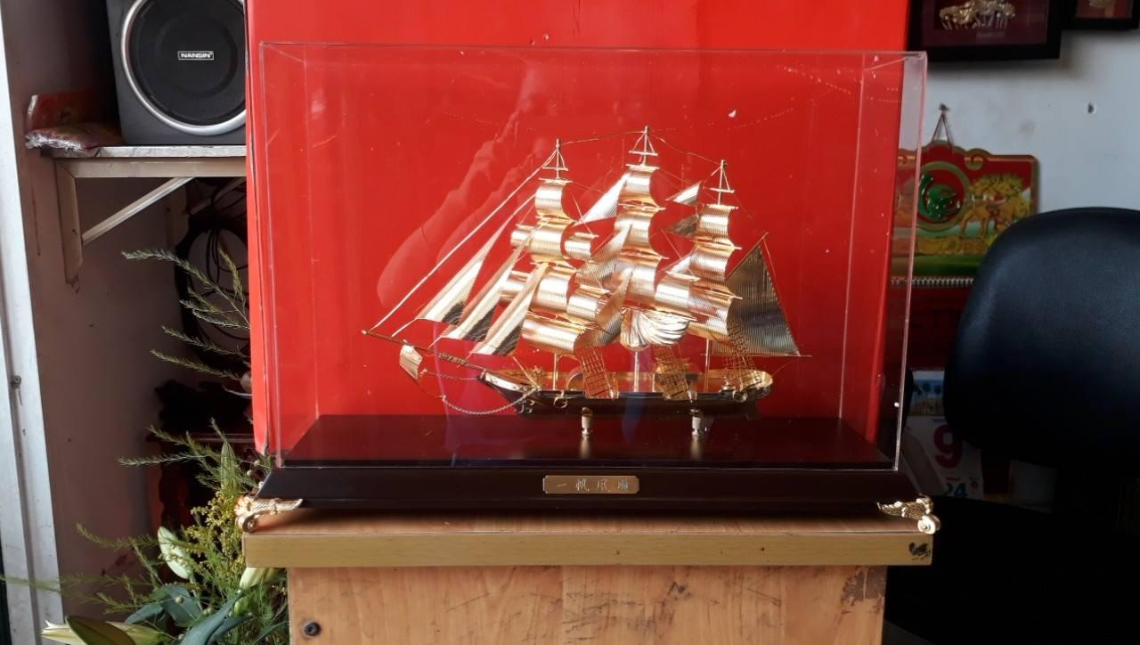 Quà tặng thuyền buồm dát  vàng 24k cao 30cm