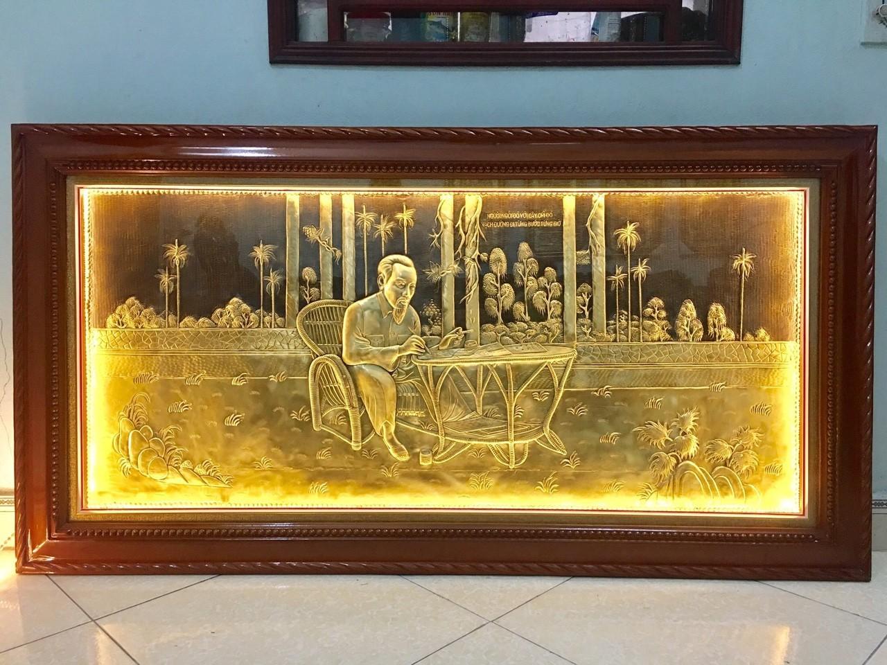 Tranh đồng Bác Hồ ngồi đọc báo, tranh đồng lưu niệm bằng đồng