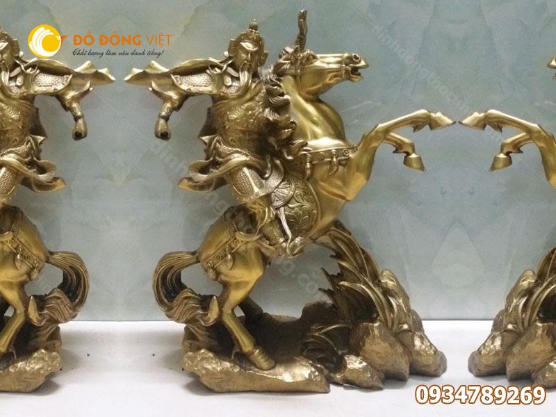 Tượng Quan Công cưỡi ngựa tay cầm đao